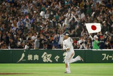 El jugador de Japón, Yoshitomo Tsutsugo, recorre las bases tras batear un jonrón ante Israel en el Clásico Mundial de Béisbol el miércoles, 15 de marzo de 2017, en Tokio.