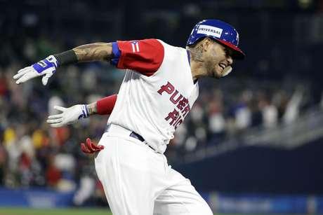 Yadier Molina, de Puerto Rico, festeja luego de conectar un jonrón en la sexta entrada del encuentro ante República Dominicana, correspondiente al Clásico Mundial de Béisbol y disputado el martes 14 de marzo de 2017 en San Diego