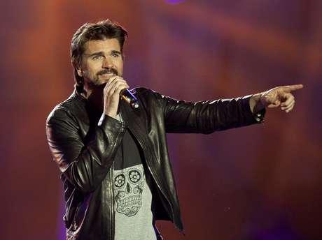 """En esta foto del 11 de diciembre del 2015, el rockero colombiano Juanes canta en la ceremonia de premios de Los 40 Principales en Madrid. Con la ayuda de PooBear, Juanes escribió su primer tema en inglés, """"Goodbye For Now"""", que formará parte de su anticipado álbum visual """"Mis planes son amarte""""."""