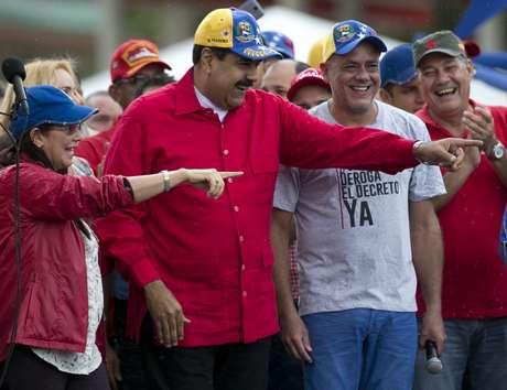 El presidente venezolano Nicolás Maduro, segundo a la izquierda, sonríe durante una protesta antiimperialista en Caracas, Venezuela, el jueves 9 de marzo de 2017.