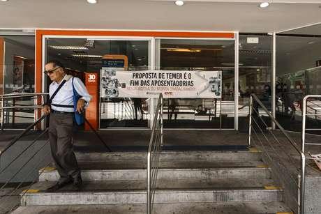 Bancários aderem ao Dia Nacional de Mobilização contra a reforma da previdência e reforma trabalhista, nesta quarta-feira (15), na avenida Paulista, em São Paulo (SP).