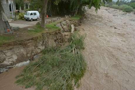 Vecinos limpian zonas afectadas por desborde — Río Huaycoloro