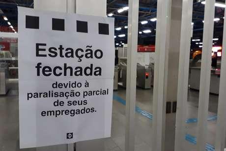 Estação Palmeiras-Barra Funda do Metrô, Linha 3-Vermelha, em São Paulo (SP), amanhece fechada nesta quarta-feira (15), durante paralisação dos metroviários que aderiram ao Dia Nacional de Mobilização contra a reforma da previdência e reforma trabalhista.