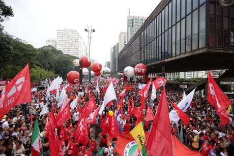 - Manifestação de centrais sindicais contra mudança do sistema de previdência na av. Paulista.