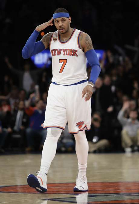 Carmelo Anthony, de los Knicks de Nueva York, hace un gesto luego de embocar un triple ante los Pacers de Indiana, el martes 14 de marzo de 2017