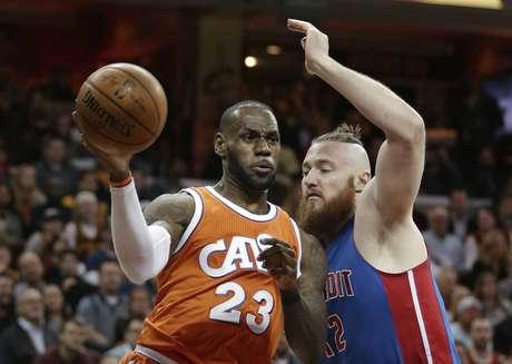 LeBron James (23) de los Cavaliers de Cleveland frente a Aron Baynes (12) de los Pistons de Detroit, el martes 14 de marzo de 2017