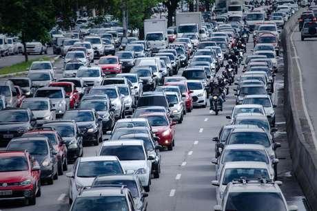 Trânsito intenso na avenida Tiradentes, altura da estação da Luz, em São Paulo (SP), na manhã desta quarta-feira (15).