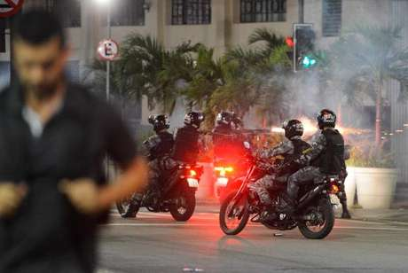 Policiais militares da Tropa de Choque dispersam manifestantes na Cinelândia