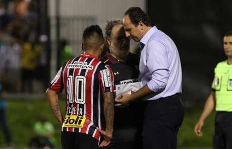 Rogério Ceni conversa com Cueva durante jogo contra o ABC, em que Denis foi bem (Foto: Rubens Chiri/saopaulofc.net)