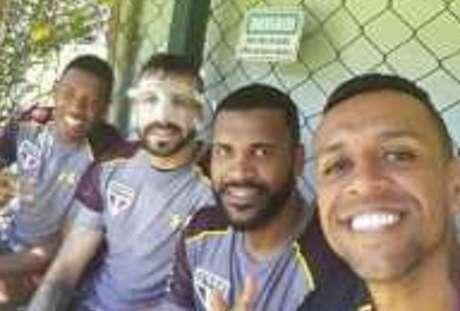 Pratto aparece de máscara em foto postada por Sidão em rede social nesta quinta-feira (15)