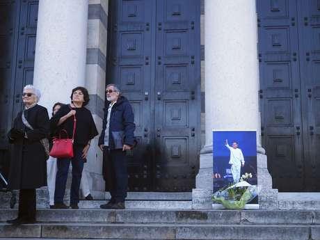 Una foto del cantautor chileno Ángel Parra se ve en la entrada de una capilla en el cementerio parisino Pere Lachaise, el jueves 16 de marzo del 2017. El músico exiliado, hijo de la gran cantante folclórica Violeta Parra, murió el 11 de marzo en la capital francesa, a los 73 años. El jueves fue enterrado en este cementerio, el más grande de París.