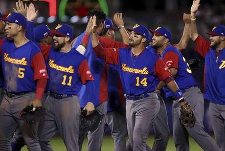 Los jugadores de Venezuela tras vencer a Italia en el Clásico Mundial de Béisbol, el lunes 13 de marzo de 2017.