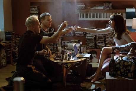 """En esta imagen difunduda por TriStar Pictures , Jonny Lee Miller, Ewan McGregor y Anjela Nedyalkova, de izquierda a derecha, en una escena de """"T2: Trainspotting""""."""