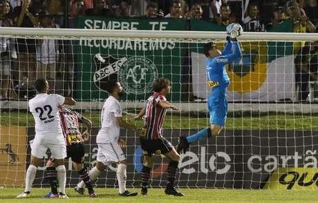 Apesar de ver o time marcar muitos gols e conquistar vitórias, o São Paulo tem ficado alerta com a grande quantidade de gols sofridos: 21 em 12 partidas oficiais neste ano