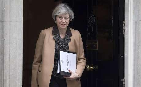 """A primeira-ministra britânica, Theresa May, parece ter optado por um """"Brexit duro"""", o que deixaria a Irlanda fora do mercado único e da união aduaneira. Com isso, as consequências sobre a livre circulação de bens, serviços e pessoas na Irlanda """"ainda são incertas""""."""