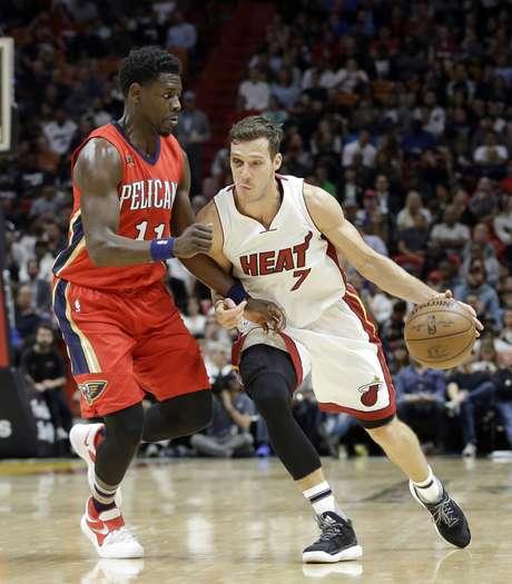 Goran Dragic (7) del Heat de Miami lleva el balón frente a Jrue Holiday (11) de los Pelicans de Nueva Orleáns, el miércoles 15 de marzo de 2017