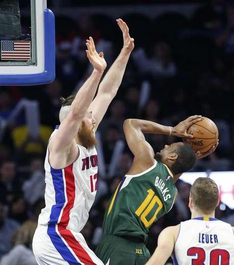 El base del Jazz de Utah Alec Burks (10) trata de encestar ante el pivote Aron Baynes (12), de los Pistons de Detroit, en el juego de NBA del miércoles 15 de marzo de 2017, en Auburn Hills