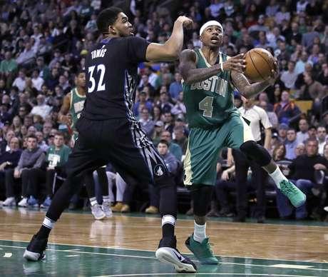 Isaiah Thomas (4) de los Celtics de Boston penetra hacia al aro ante Karl-Anthony Towns (32) de los Timberwolves de Minnesota, el miércoles 15 de marzo de 2017