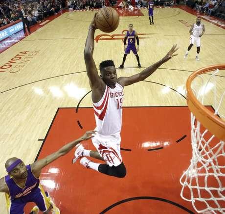Clint Capela (15) de los Rockets de Houston se eleva para una volcada frente a Corey Brewer de los Lakers de Los Angeles, el miércoles 15 de marzo de 2017