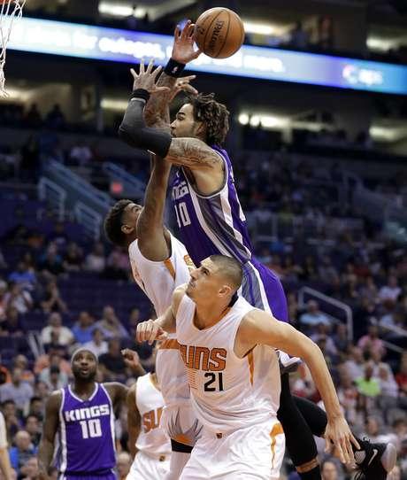 El base de los Kings de Sacramento Ty Lawson (10) recibe falta del pivote Alex Len (21), de los Suns de Phoenix, en el juego del miércoles 15 de marzo de 2017, en Phoenix