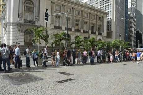 Rio de Janeiro - Na Cinelândia, o Centro Especial de Vacinação Dr. Álvaro Aguiar também tinha uma longa fila de cariocas que saíram nesta sexta de manha para tomar vacina contra a febre amarela