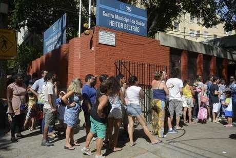 Rio de Janeiro - Na Tijuca, cerca de 200 pessoas amanheceram cedo na porta do Centro Heitor Beltrão para se imunizar contra a febre amarela