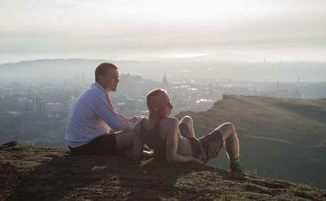 Filme mostra o reencontro dos velhos amigos após 20 anos, quando Renton (Ewan McGregor) retorna à Escócia
