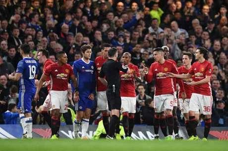 Jogadores cercaram o árbitro Michael Oliver (Foto: Justin Tallis / AFP)
