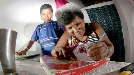Aos 42, Sandra aprendeu a ler e a escrever com o filho Damião, de 11