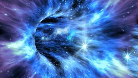 A poderosa gravidade do buraco negro absorve tudo que o cerca, incluindo a luz