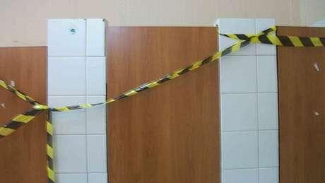 Banheiro interditado em obra, em foto dos trabalhadores; condições de higiene 'obrigou alguns trabalhadores a utilizarem o matagal próximo ao alojamento', diz sentença