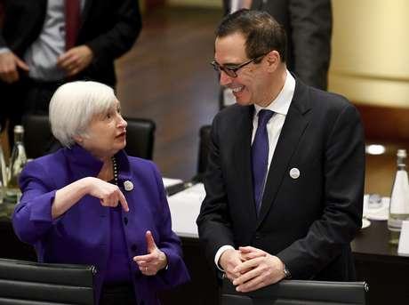 Janet Yellen, presidenta de la Junta de la Reserva Federal de Estados Unidos, conversa con el secretario del Tesoro de ese país, Steven Mnuchin, durante la reunión de ministros de finanzas del Grupo de los 20 en Baden-Baden, sur de Alemania, el viernes 17 de marzo de 2017.