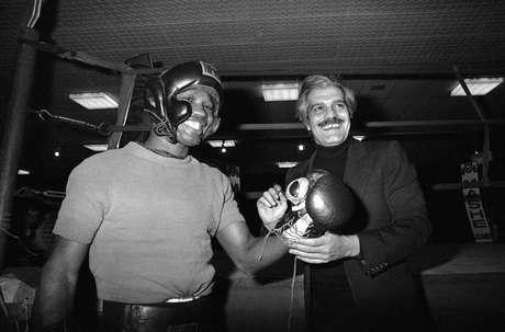 En esta foto de archivo del 23 de marzo de 1976, el boxeador colombiano Rodrigo Valdés, izquierda, comparte con el actor Omar Sharif en una reunión en París. Valdés fallecio el miércoles, 15 de marzo de 2017.