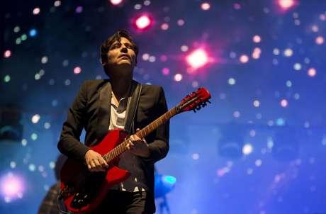 En esta foto del 30 de marzo del 2014, Sergio Acosta, de la banda mexicana Zoé, toca en el festival Vive Latino en la Ciudad de México.