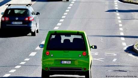 Um carro elétrico circula nos arredores de Olso, capital da Noruega