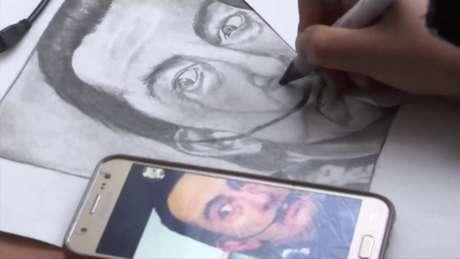 """Menino afegão de apenas 10 anos que vive em um campo de refugiados em Belgrado, Farhad Nouri é apelidado de """"Pequeno Picasso"""""""