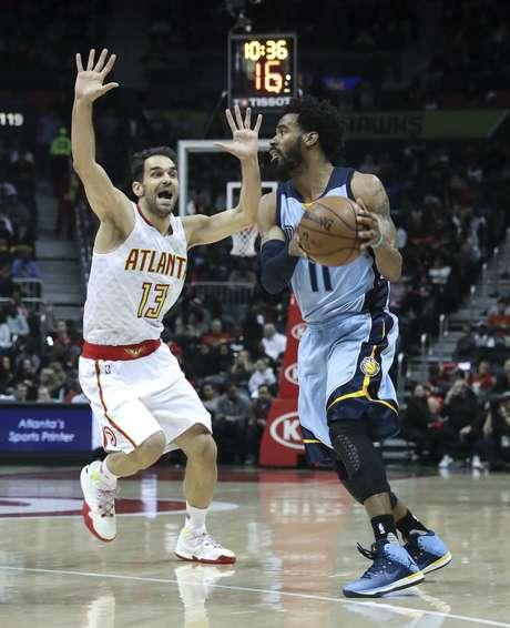 Mike Conley (11) de los Grizzlies de Memphis con el balón ante José Calderón de los Hawks de Atlanta, el jueves 16 de marzo de 2017