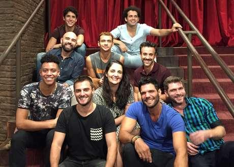 Hugo Bonemer com os outros atores do elenco de 'Yank!'