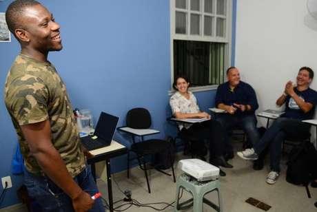 O professor nigeriano Olawale Shakuru, que dá aulas de inglês no Brasil