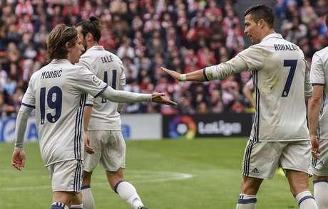 Los jugadores del Real Madrid celebran el primer gol