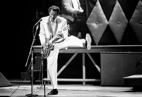 ARCHIVO - En esta fotografía del 17 de octubre de 1986, Chuck Berry canta durante un concierto en honor a su 60mo cumpleaños en el Fox Theatre de St. Louis, Missouri. La policía en ese estado dijo que el músico murió a los 90 años el sábado 18 de marzo de 2017.