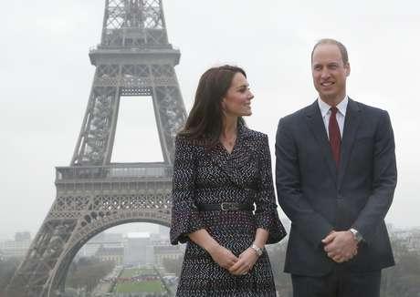 El príncipe Guillermo y su esposa Catalina posan para los fotógrafos con la torre Eiffel de fondo, en su segundo día de visita en París, Francia, el sábado 18 de marzo de 2017.