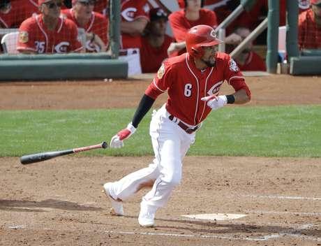 Billy Hamilton de los Rojos de Cincinnati conecta un sencillo ante los Padres de San Diego, el miércoles 15 de marzo de 2017, en Goodyear, Arizona.