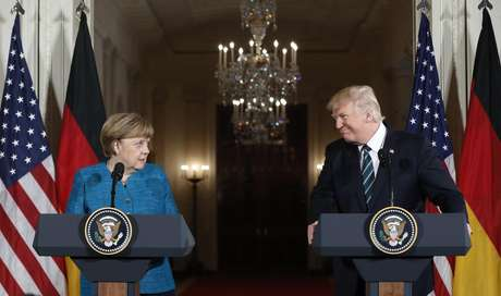 El presidente Donald Trump y la canciller alemana Angela Merkel participan en una conferencia de prensa conjunta en el Salón Este de la Casa Blanca en Washington, el viernes 17 de marzo de 2017.