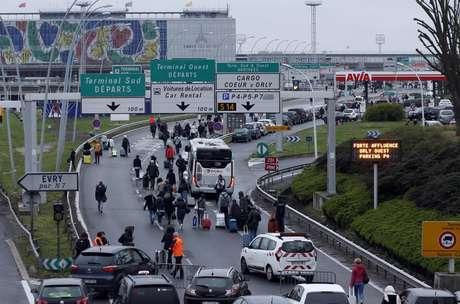 Viajeros desalojan el aeropuerto de Orly