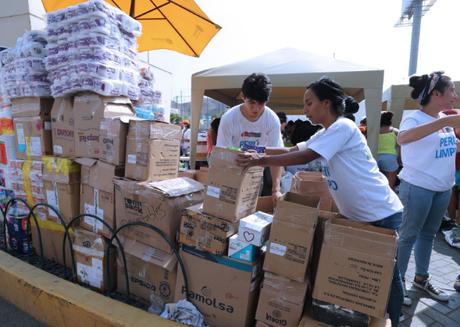 Limeños llegan a centro comercial Megaplaza para entregar donativos.