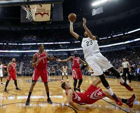 Anthony Davis, alero de los Pelicans de Nueva Orleans, dispara frente a Ryan Anderson, de los Rockets de Houston, quien cae, en la primera mitad del encuentro efectuado el viernes 17 de marzo de 2017