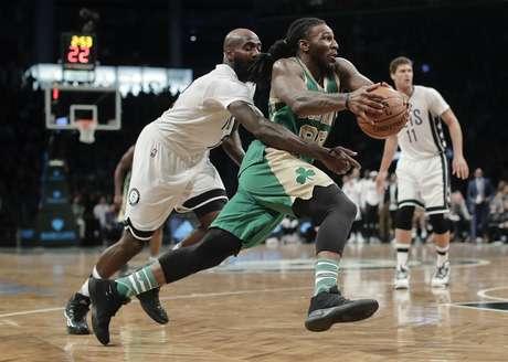 Jae Crowder, alero de los Celtics de Boston, elude a Quincy Acy, de los Nets de Brooklyn, durante el partido del viernes 17 de marzo de 2017