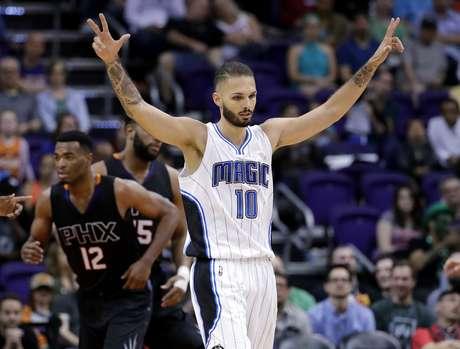 El jugador del Magic de Orlando Evan Fournier (con el 10) celebra una canasta contra los Suns de Phoenix en la segunda mitad de su juego de NBA, el viernes 17 de marzo de 2017 en Phoenix