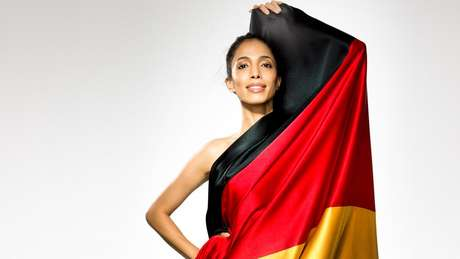 A escolha de Esmaeli para substituir Claudia Schiffer como rosto da Alemanha pode ser percebida também como um posicionamento político